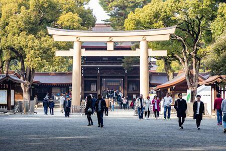 TOKYO, JAPAN - FEBRUARY 7, 2019: Crowds of tourists in Meiji Shrine in Shibuya, Tokyo. The shrine is officially designated Kanpei-taisha, the 1st rank of government supported shrines. Standard-Bild - 140208361