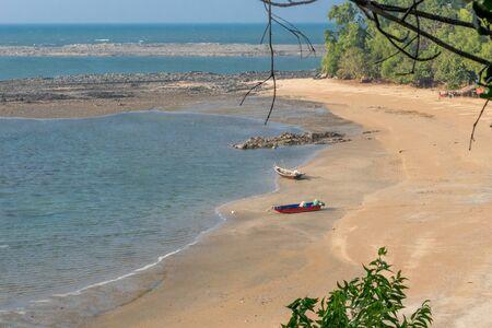Empty tropical beach with blue sky and golden sand Standard-Bild - 140331186
