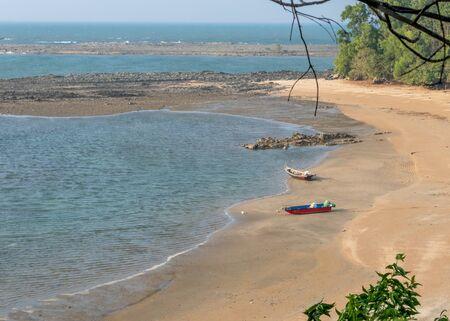 Empty tropical beach with blue sky and golden sand Standard-Bild