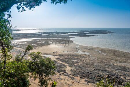 Empty tropical beach with blue sky and golden sand Standard-Bild - 140332209