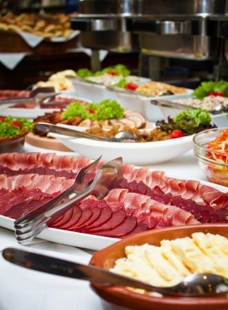 salami: Cierre de tiro de una mesa de buffet de la boda. Foco