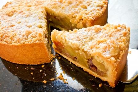 Apple crumble taart wordt gemaakt met verse appels, kaneel en een bruine suiker en boter topping Stockfoto