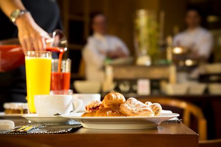 Escena de la mañana de verter zumos naturales en el hotel de la mesa del desayuno Foto de archivo - 33514468