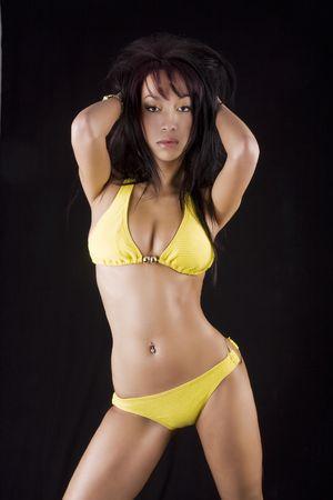 expression corporelle: Chinease fille sexy en bikini jaune