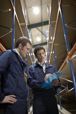 Deux travailleurs en entrepôt Banque d'images - 85891355