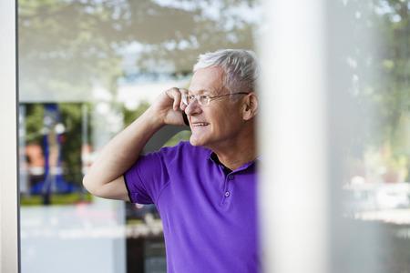 Senior Man Using Cellphone Stock fotó - 86032162
