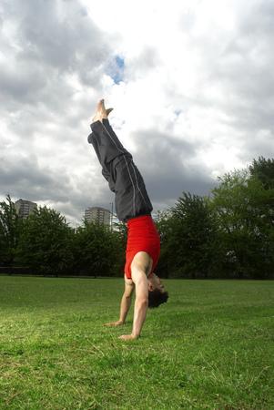 공원에서 handstand을하고있는 남자