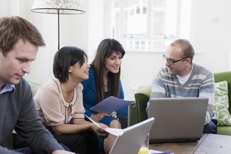 Mensen die werkzaam zijn op casual kantoor Stockfoto
