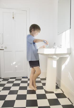 Boy cleaning teeth Banco de Imagens
