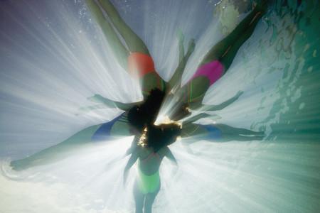 Onderwater schot van gesynchroniseerde zwemmers Stockfoto