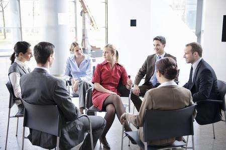 Groupe de personnes assis en cercle Banque d'images - 86035284