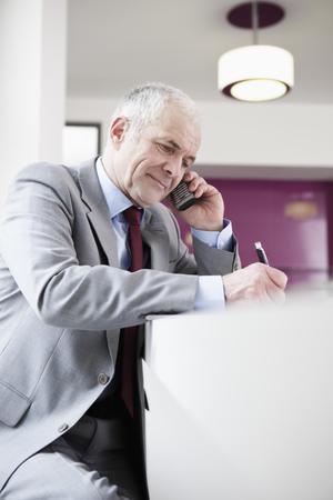 Senior man phoning Banque d'images