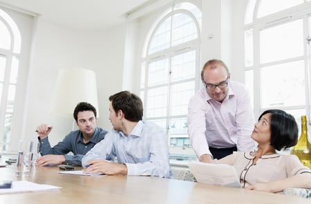 Groep mensen aan een conferentietafel Stockfoto