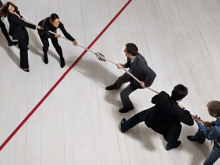 Les hommes d'affaires jouent au tir de la guerre Banque d'images