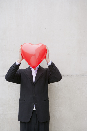 man in suit holding a heart balloon Banco de Imagens - 85899771