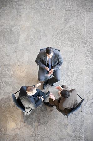 Trois hommes d'affaires en réunion Banque d'images - 85899786
