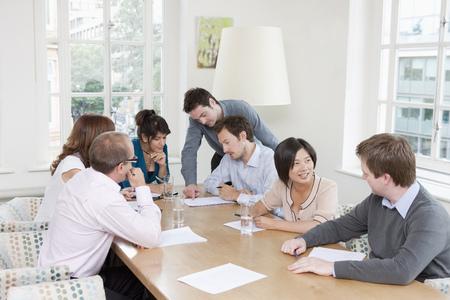Groupe de personnes à une table de conférence Banque d'images - 85954447