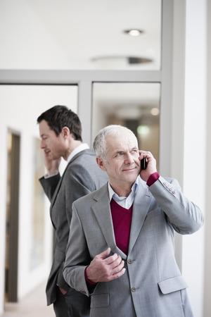 2 affaires parlant sur les téléphones portables Banque d'images - 86035403