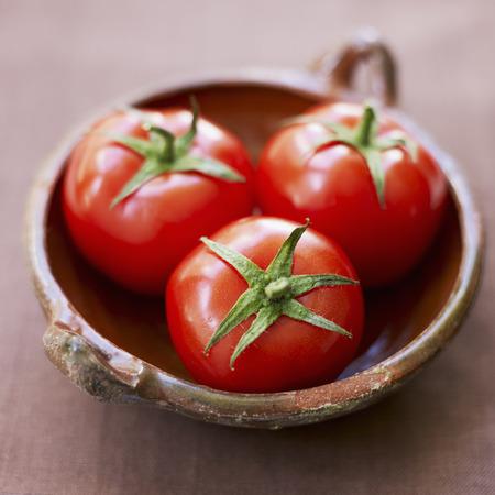 Tomates en un tazón Foto de archivo - 86035420