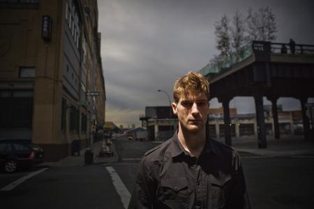 Mens die zich op stadsstraat bevindt Stockfoto
