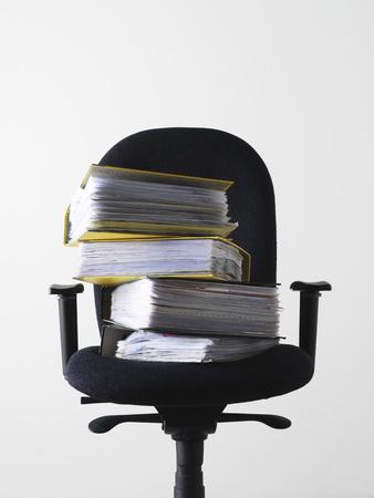 Silla de oficina con pila de archivos Foto de archivo - 86936383