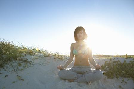 Meisje doet yoga Stockfoto