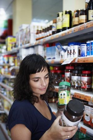 Mujer comparando productos Foto de archivo