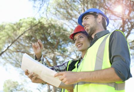 Architecte et ingénieur discute des plans Banque d'images - 85899839