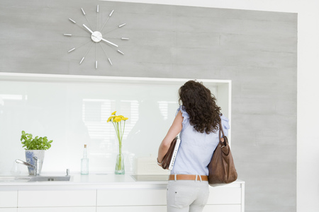 Woman busy in kitchen Banque d'images