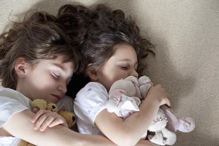 여자 카펫에 함께 낮잠