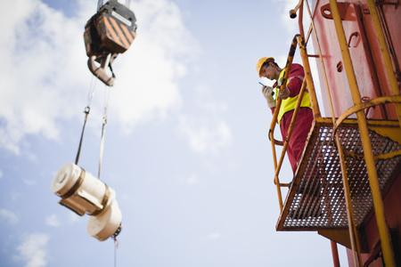 Travailleur de levage grue sur la plate-forme pétrolière Banque d'images - 98377222