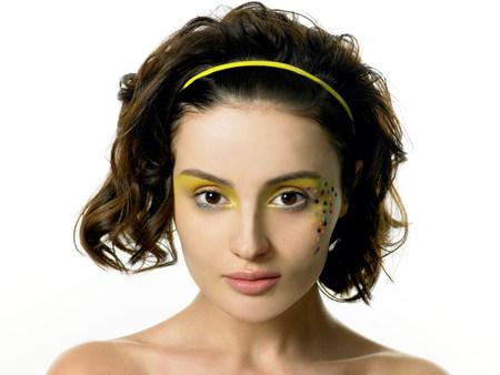 Jonge vrouw met sterdecoratie op gezicht