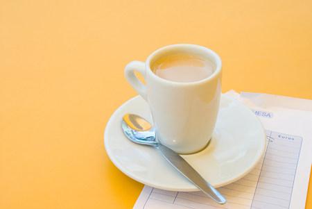 コーヒー カップとビル 写真素材