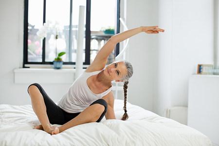 Mujer madura que practica yoga Foto de archivo - 86036409