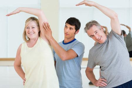 운동 레슨에서 여성을 돕는 개인 트레이너