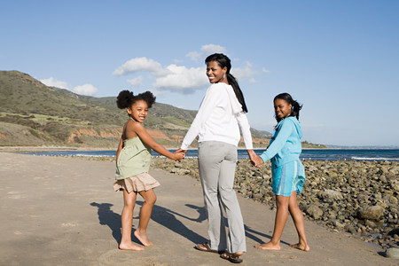 Une mère et ses filles se tenant la main Banque d'images