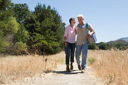 농촌 경로에 산책하는 성숙한 부부