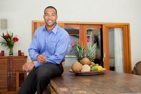 テーブルの上に座っている若い男