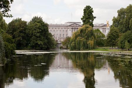 st jamess: Lake at St Jamess Park and Buckingham Palace, London