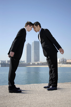 Business men head to head by seafront Banque d'images - 113848284