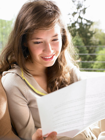 Young woman reading a letter Banque d'images - 113848553