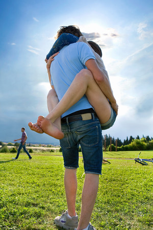 Teen lovers hug in park Stockfoto