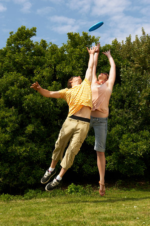 Couple jumping to catch Imagens