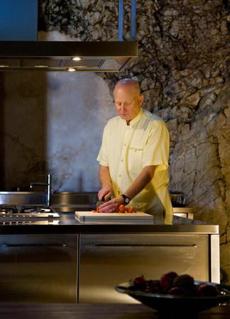 Man making a meal Banco de Imagens - 113871976