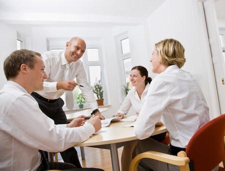 Kollegen unterhalten sich über ein Meeting