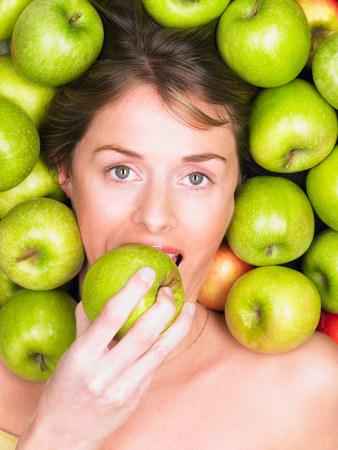 Woman biting into apple Foto de archivo - 113893548