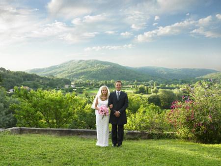 Wedding couple in sunlit garden Reklamní fotografie