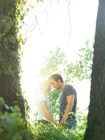 Couple in woods 免版税图像 - 113894841
