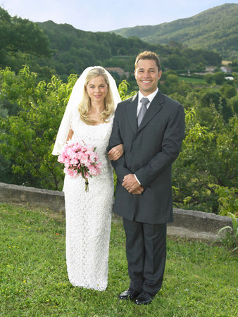 Bride and groom in garden Reklamní fotografie