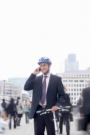 Homme d'affaires avec vélo et téléphone mobile Banque d'images